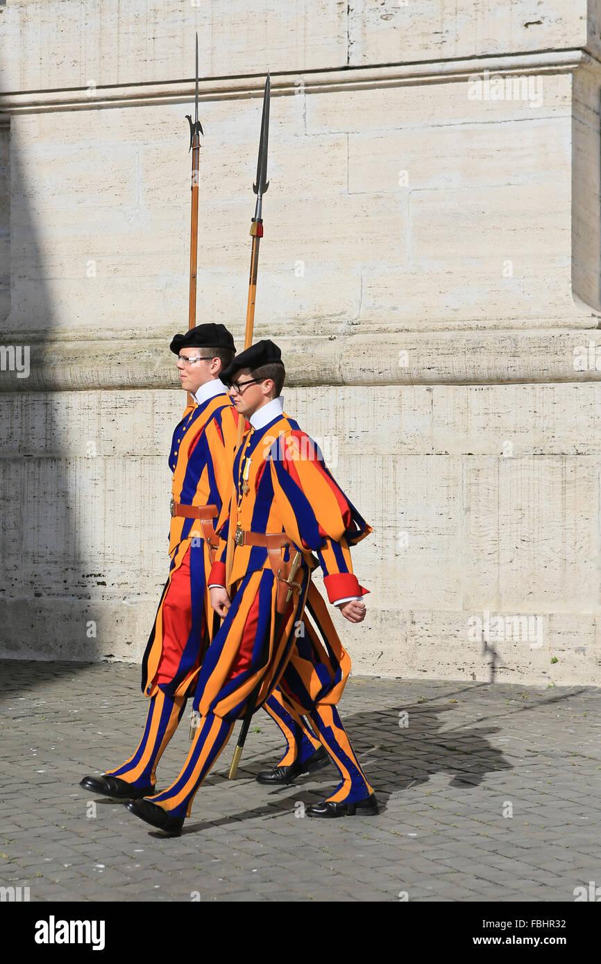 Garde Suisse pontificale marchant à l'extérieur de la Basilique Saint-Pierre, Vatican, Rome, Italie. Banque D'Images