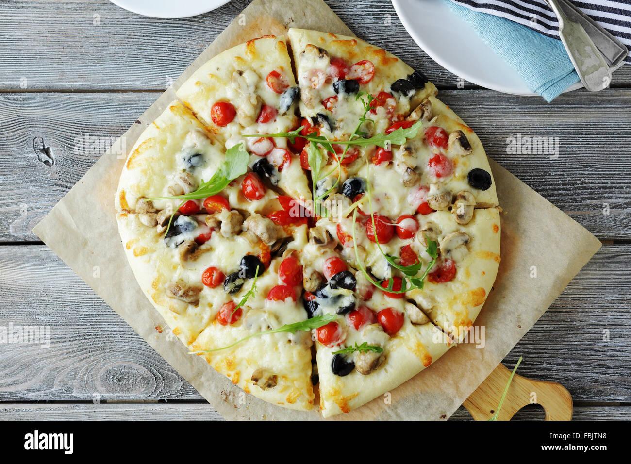 Pizza aux champignons et olives noires, restauration rapide Photo Stock