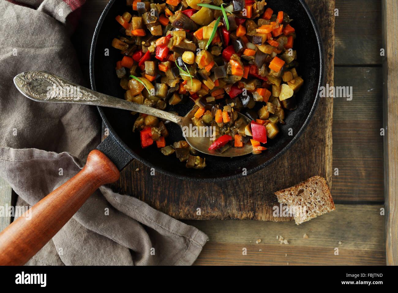 Légumes rôtis morceaux (tomate, aubergine, poivron), vue du dessus Photo Stock