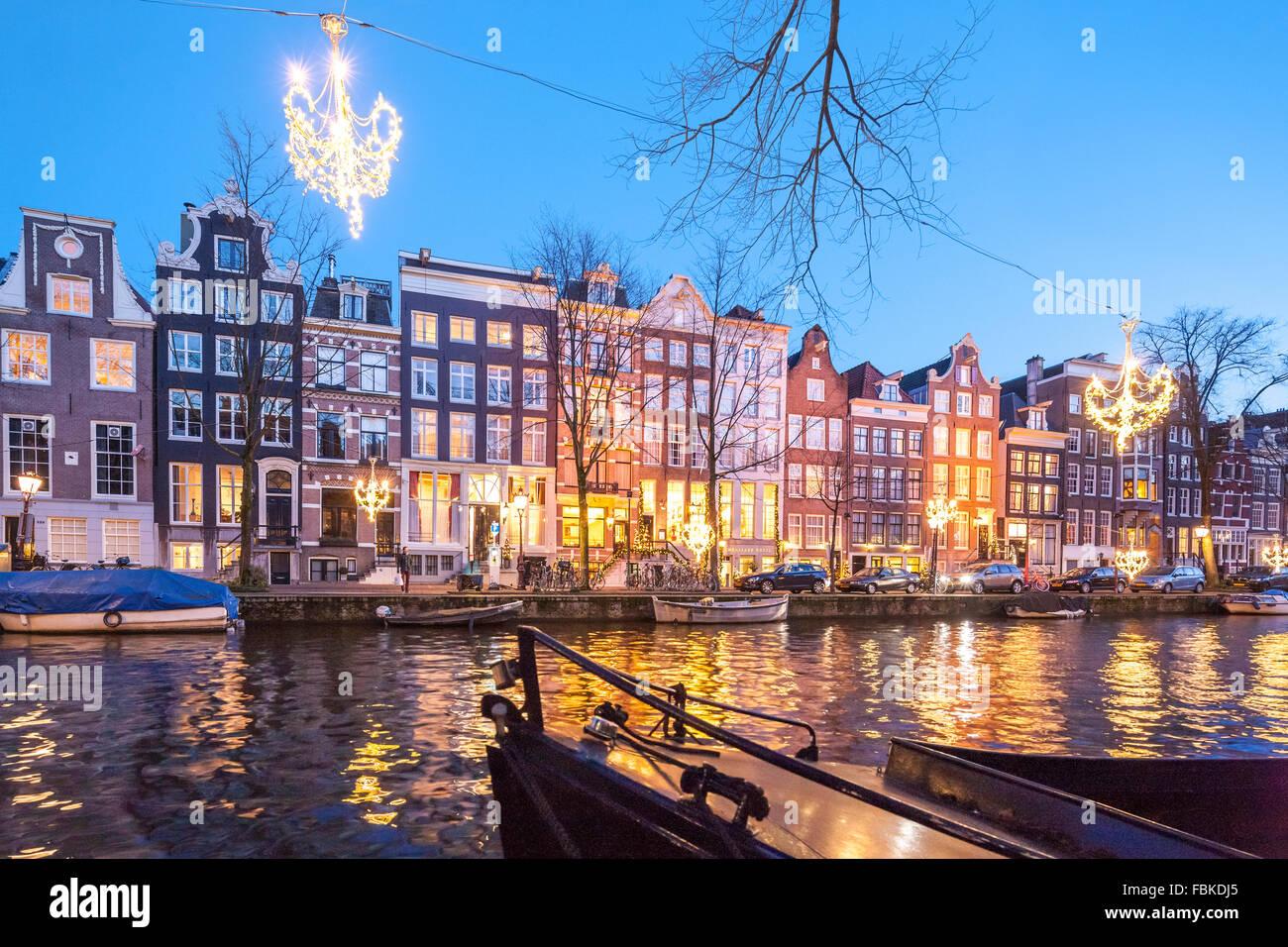 L'Hôtel Ambassade sur le canal Herengracht Amsterdam en hiver avec des lumières de Noël. Photo Stock