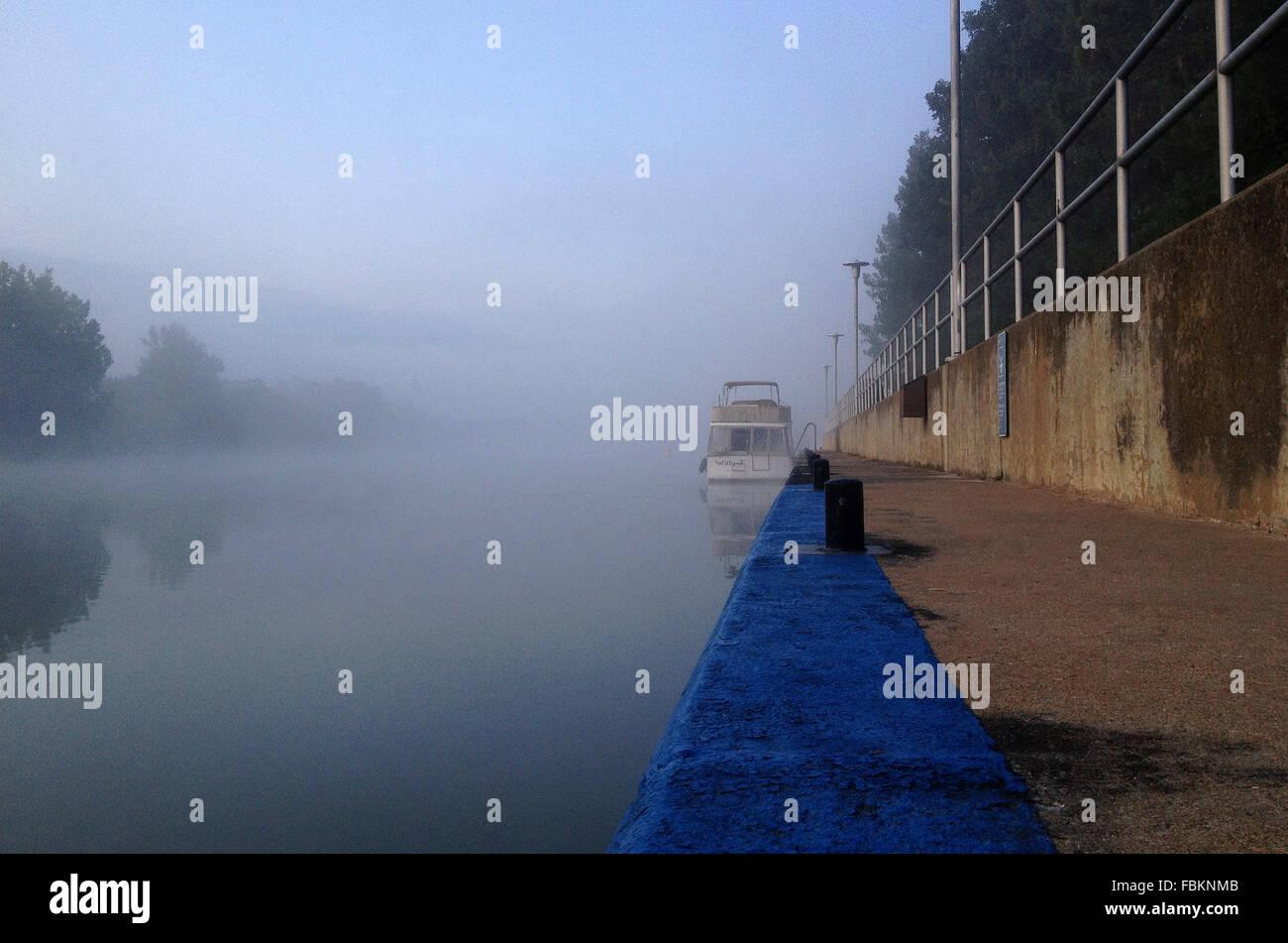 Un bateau amarré à la St-Ours lock sur la rivière Richelieu. Photo Stock