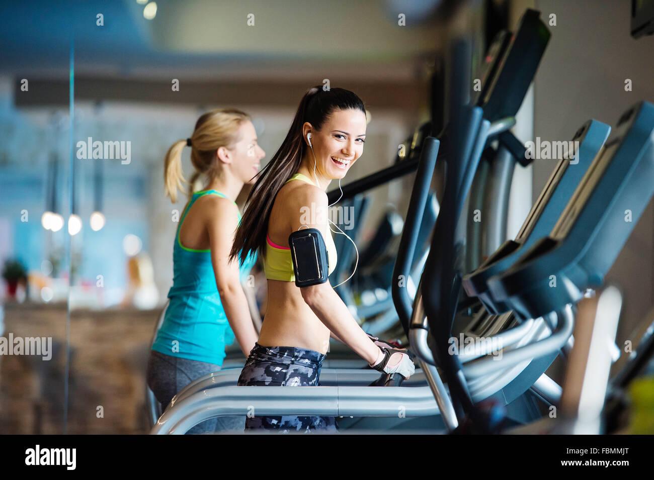 Belles femmes dans une salle de sport Photo Stock