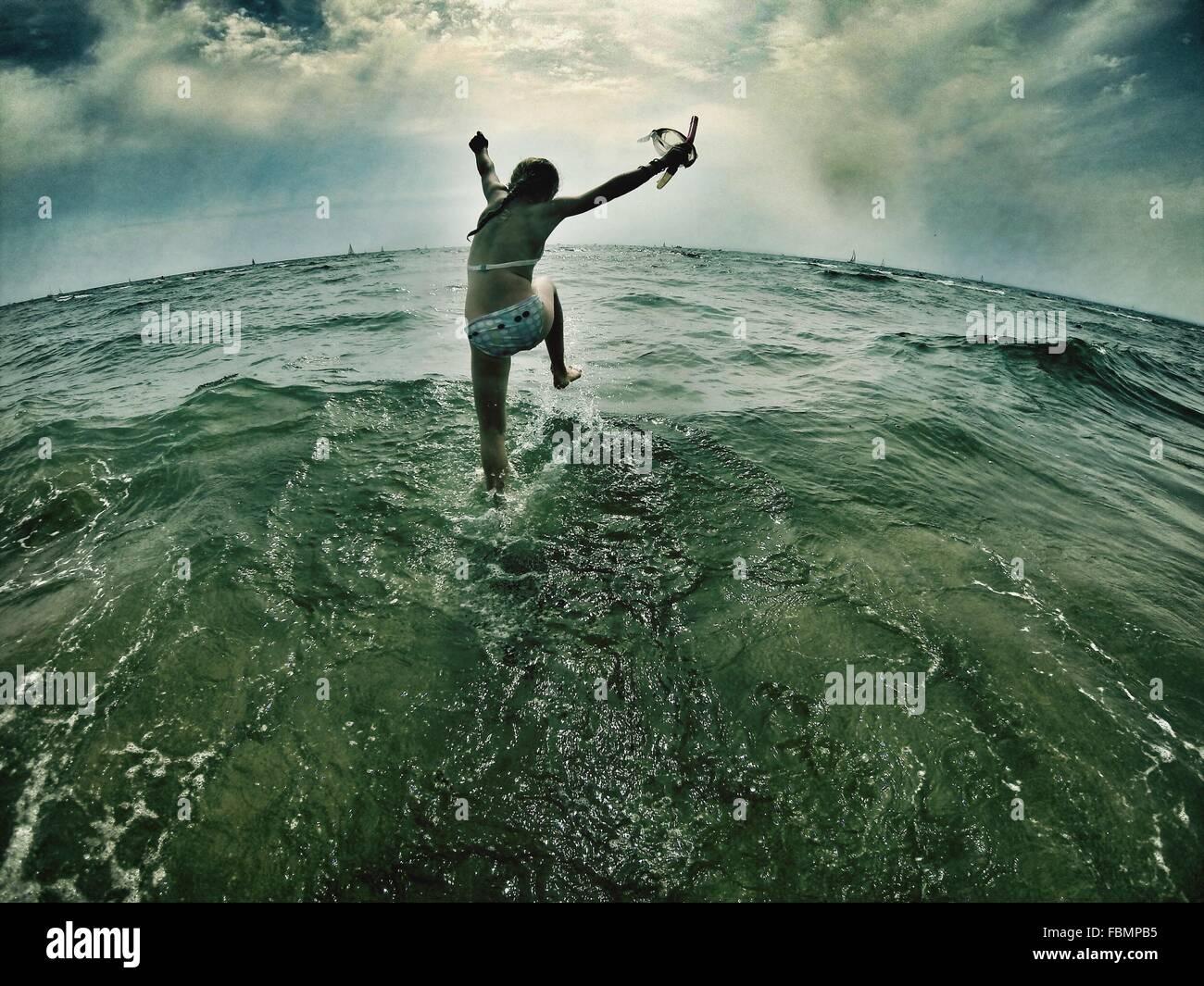 Fille aux projections d'eau dans la mer Photo Stock