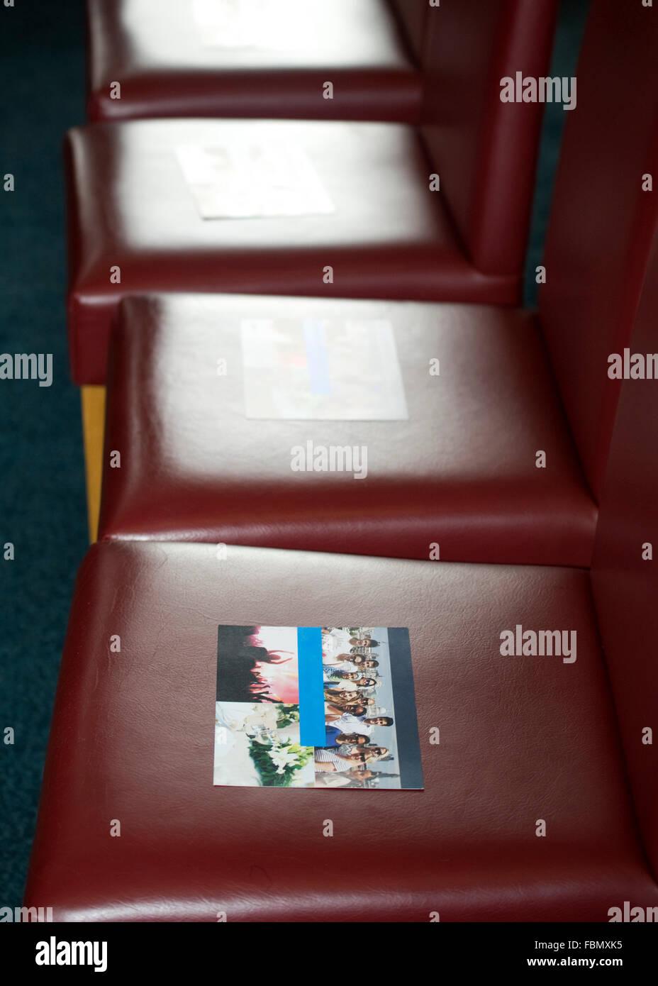 Rangée de chaises avec une brochure sur chaque chaise Photo Stock