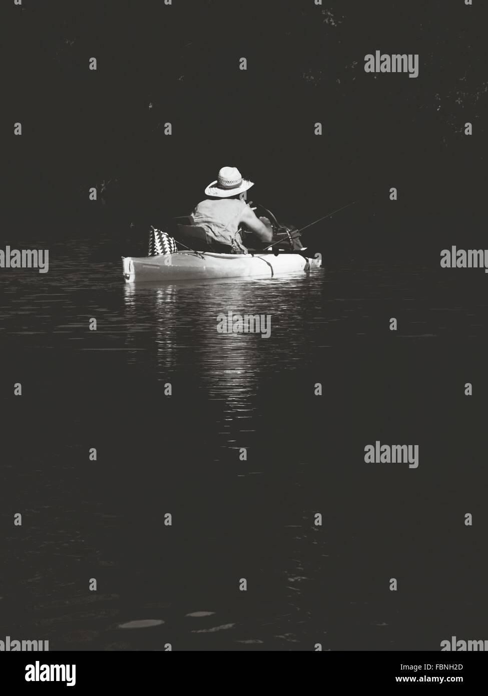L'homme sur le bateau dans le lac Photo Stock