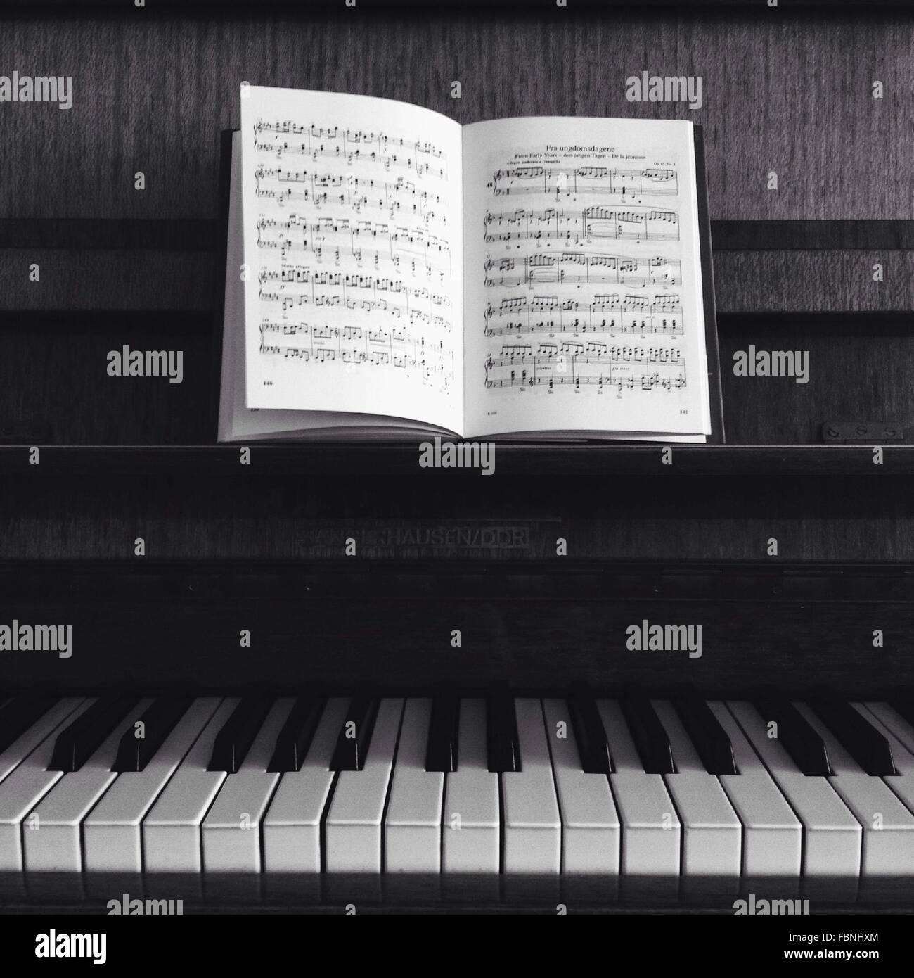 Des notes de musique conservés au piano Photo Stock