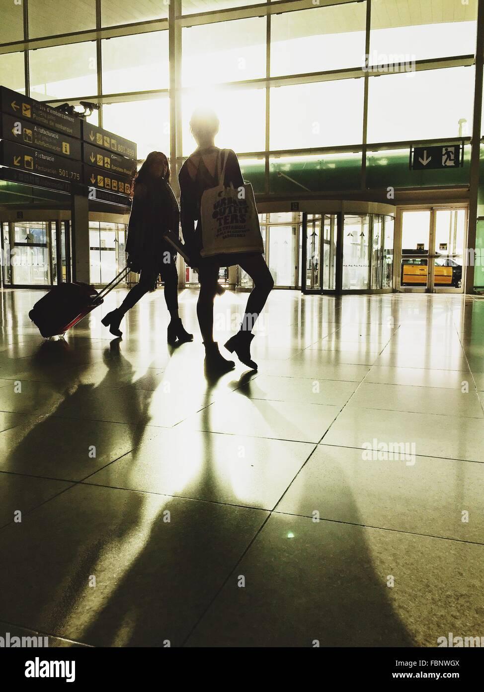 Les femmes de l'ombre sur le sol à l'aéroport Photo Stock