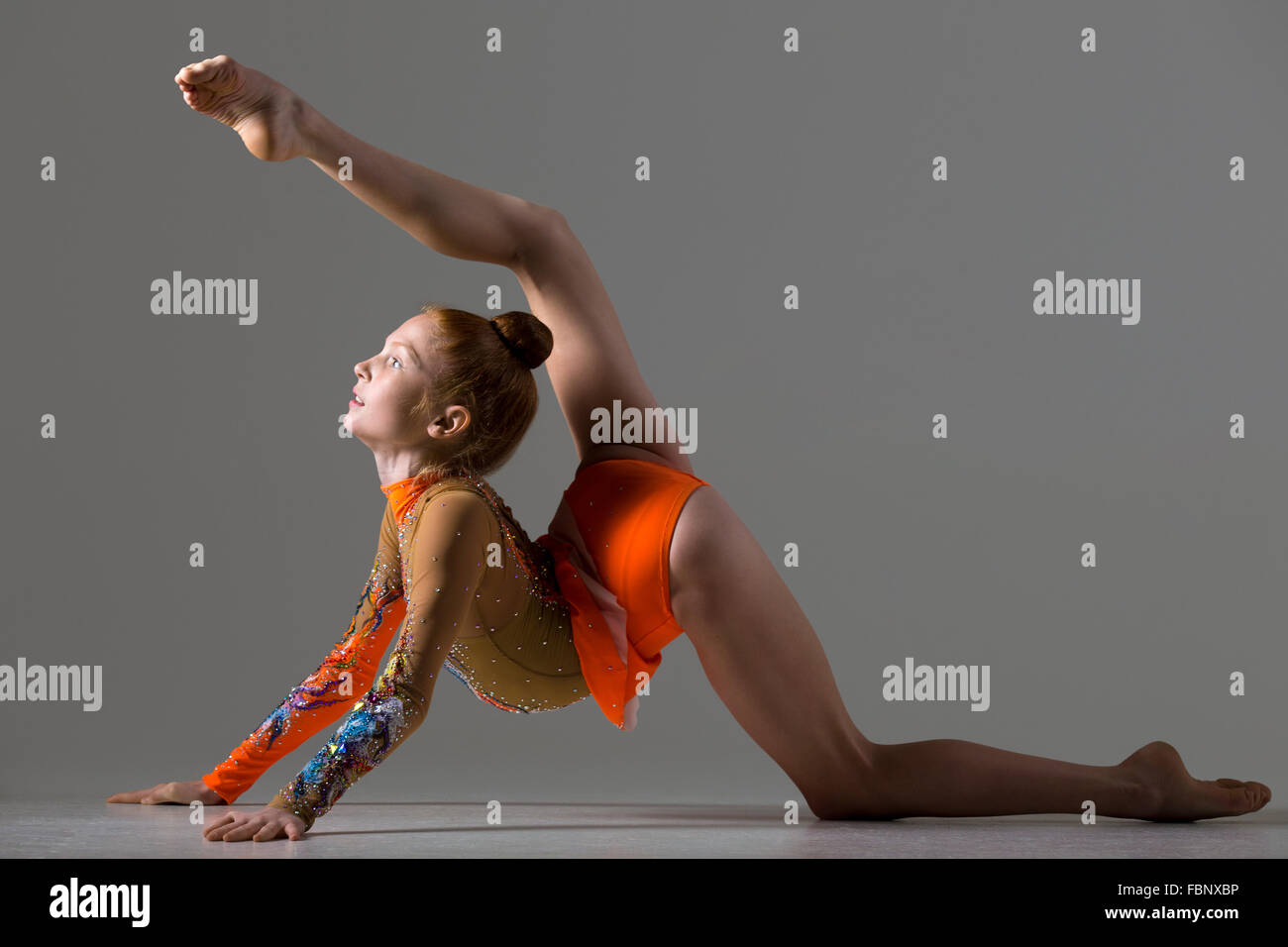 Athlète gymnaste attrayant teenage girl wearing colorful danseur danseur de l'exercice, danse, pose, faisant backbend, Banque D'Images
