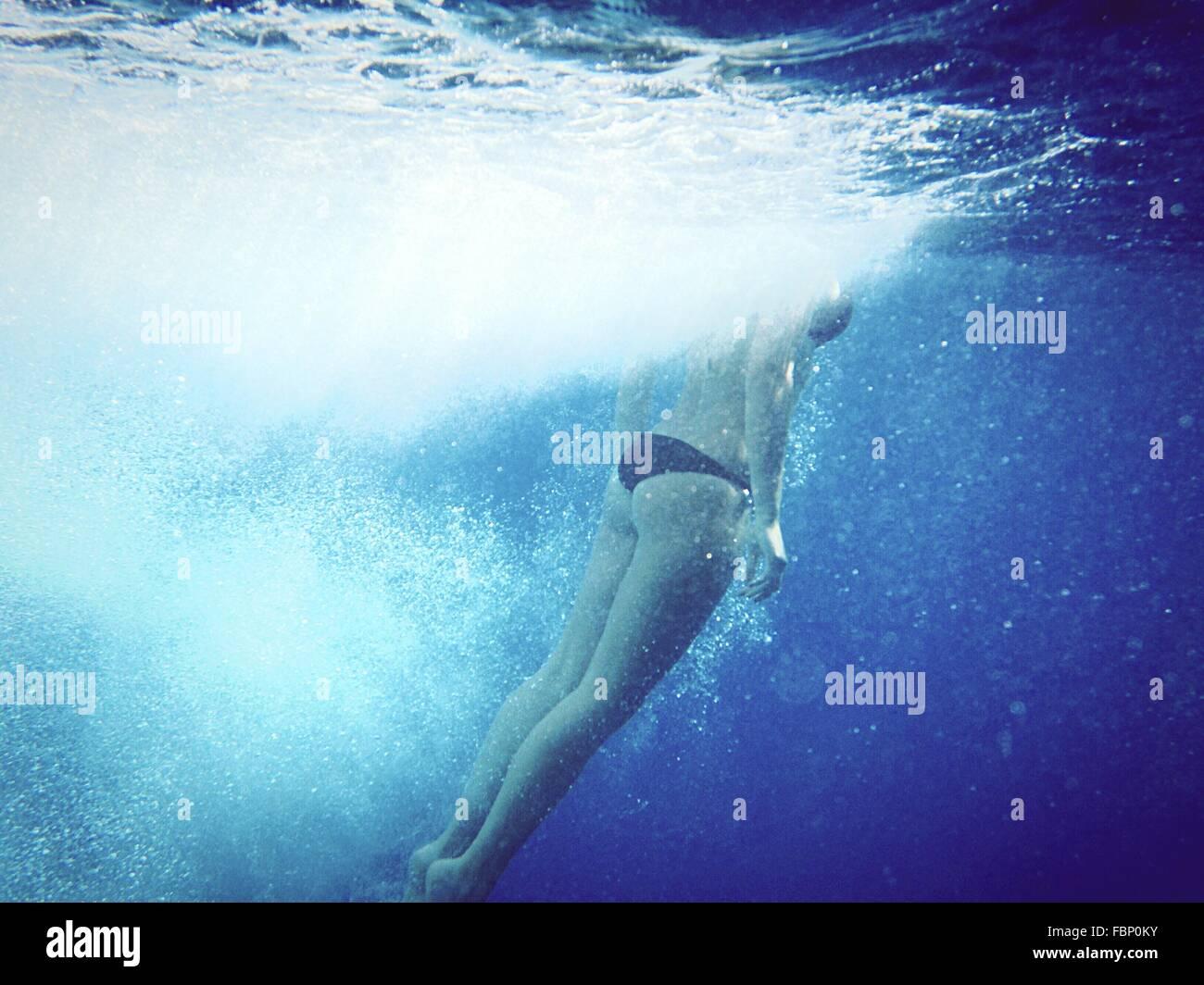 La section basse de Woman Swimming Underwater Photo Stock