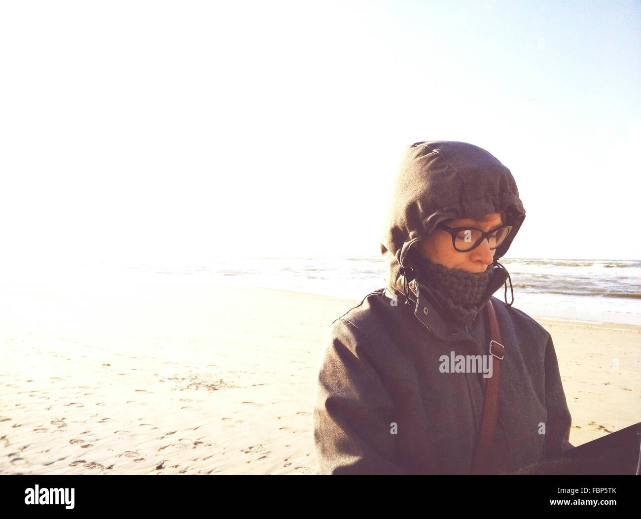 Femme en Spectacles On Beach Photo Stock