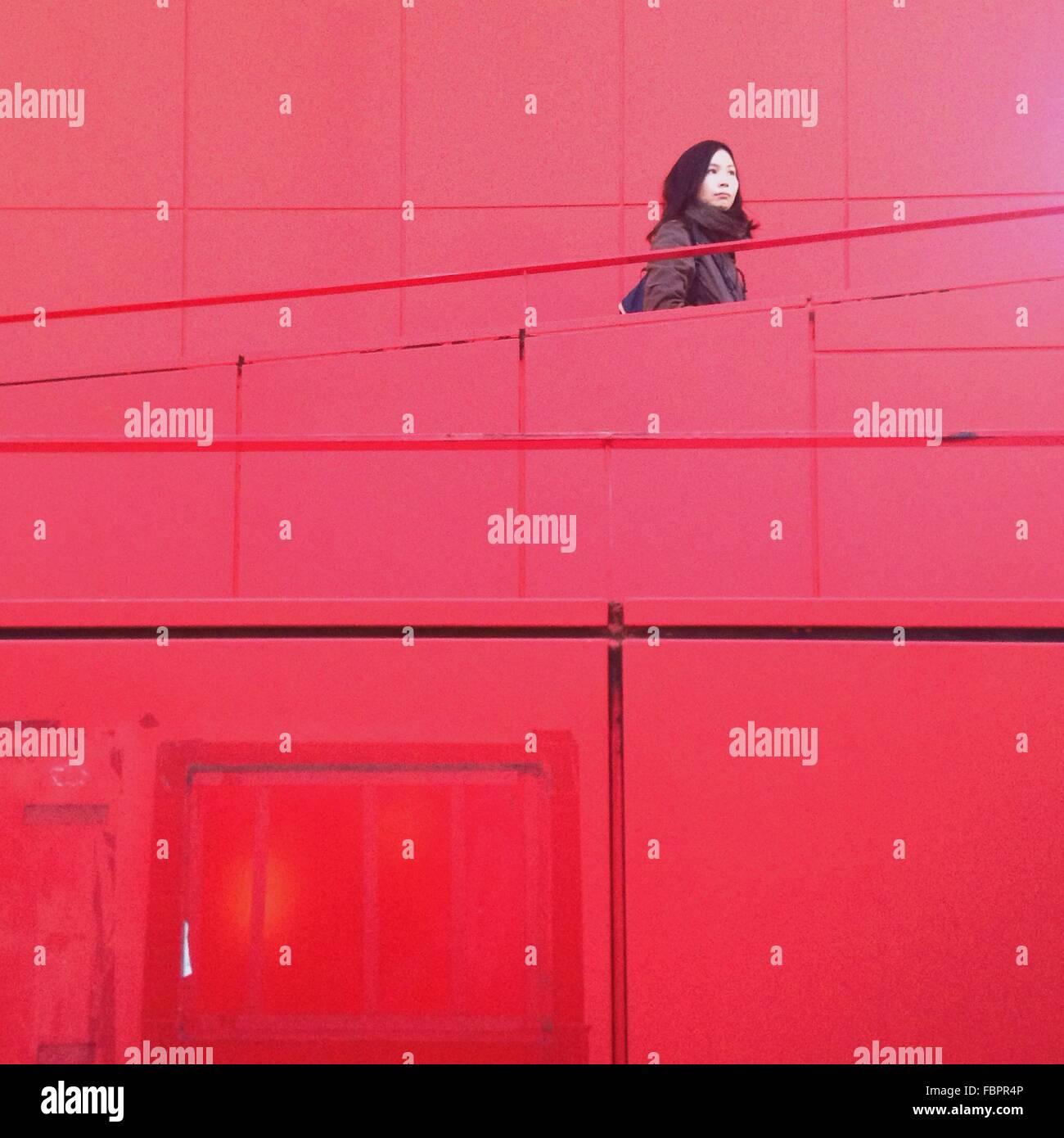 Femme sur l'Escalier rouge Banque D'Images