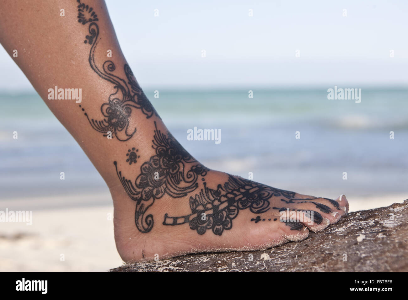 tatouage au henn sur un pied banque d 39 images photo stock 93348928 alamy. Black Bedroom Furniture Sets. Home Design Ideas