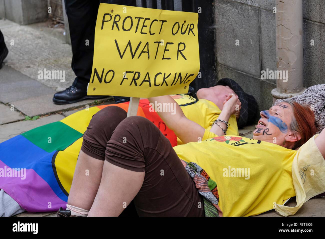Anti-Fracking manifestants exprimant son inquiétude quant à la qualité de l'eau à une manifestation Photo Stock