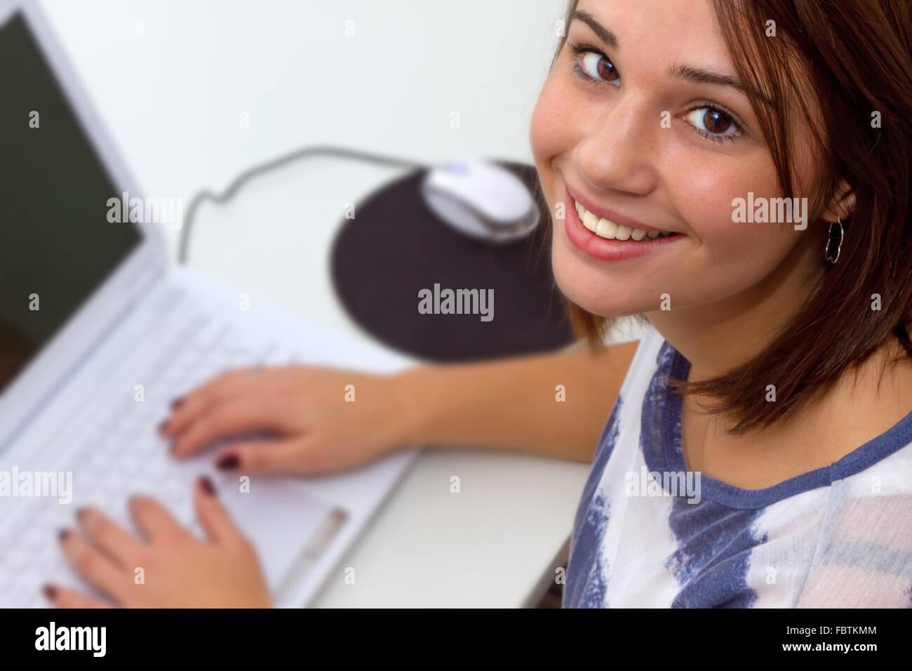 Les jeunes à l'aide d'ordinateur portable gril Photo Stock