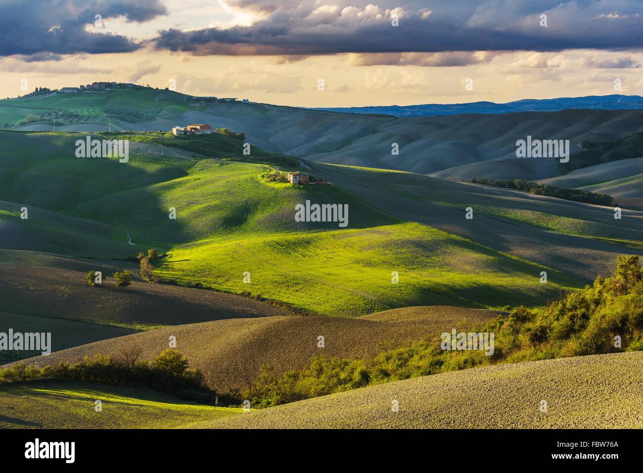Champ d'automne ensoleillé fantastique en Italie, Toscane paysage. Photo Stock