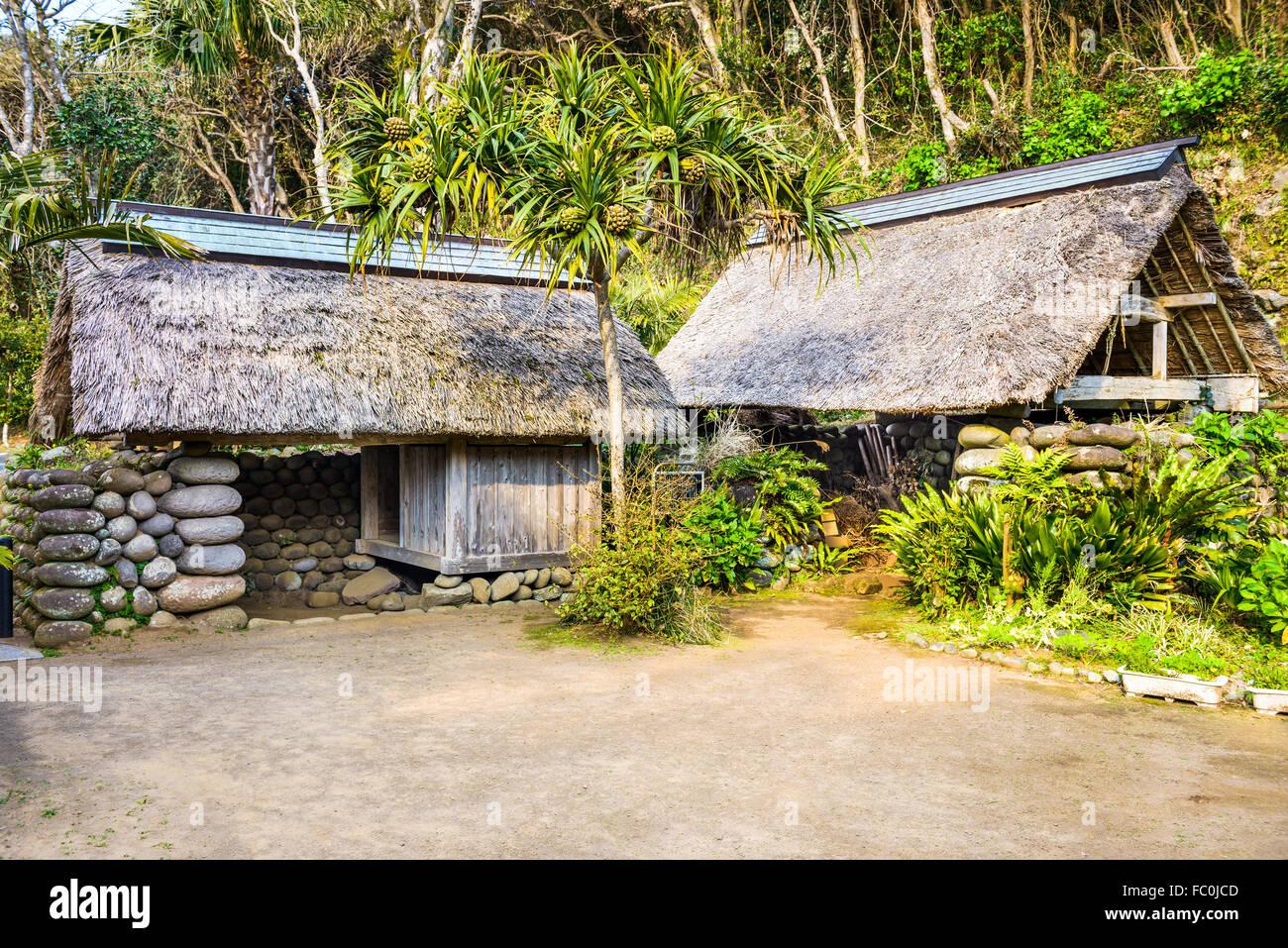 Huttes sur l'Île Hachijojima, Tokyo, Japon, une ancienne colonie pénitentiaire. Photo Stock