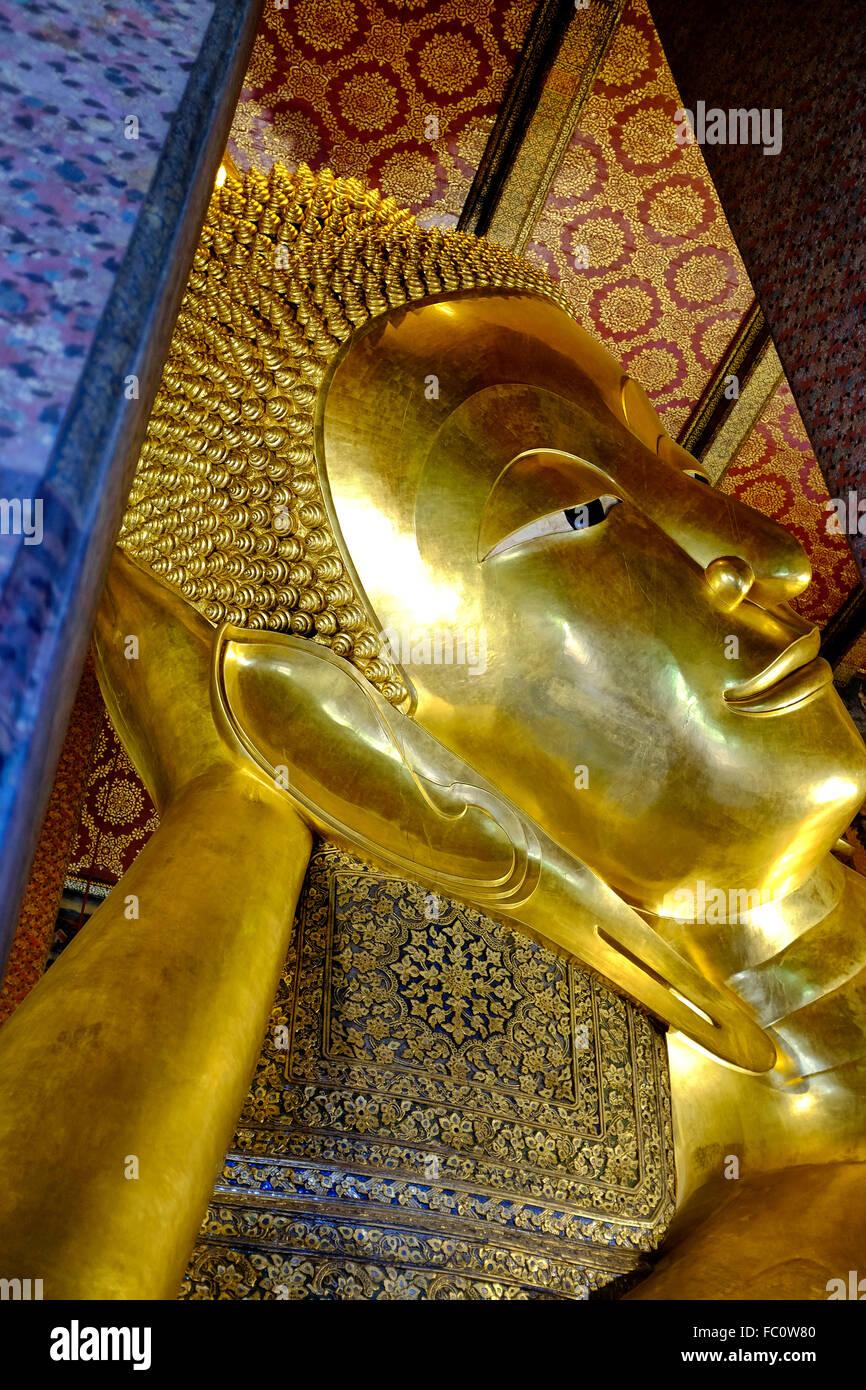 Bouddha couché de Wat Pho à Bangkok, Thaïlande Photo Stock
