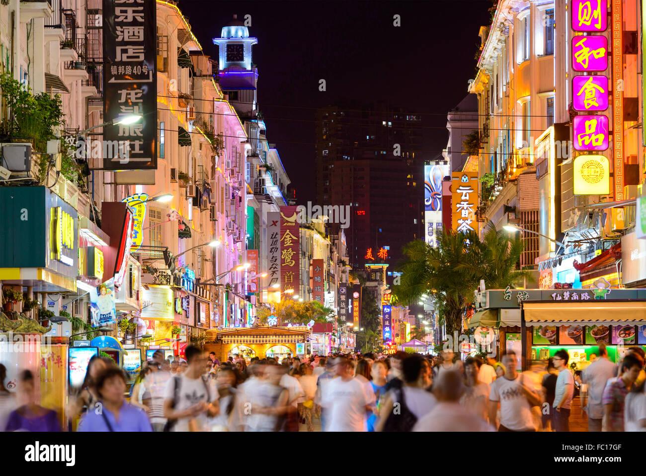 Les piétons marchent sur la route Zhongshan dans la nuit à Xiamen, Chine. Photo Stock