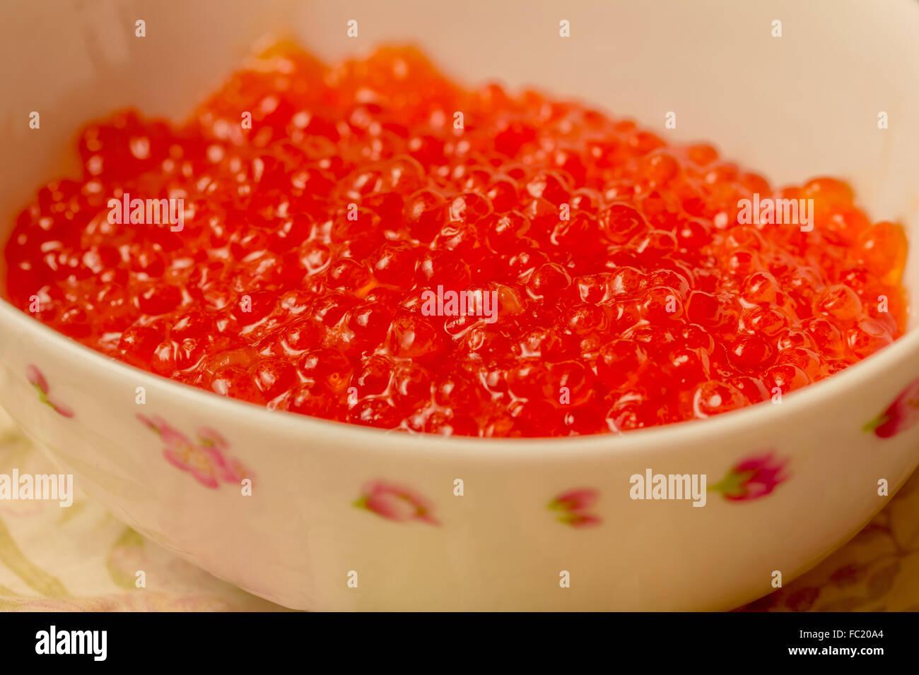 Fresh caviar rouge dans un bol blanc pour partie Photo Stock