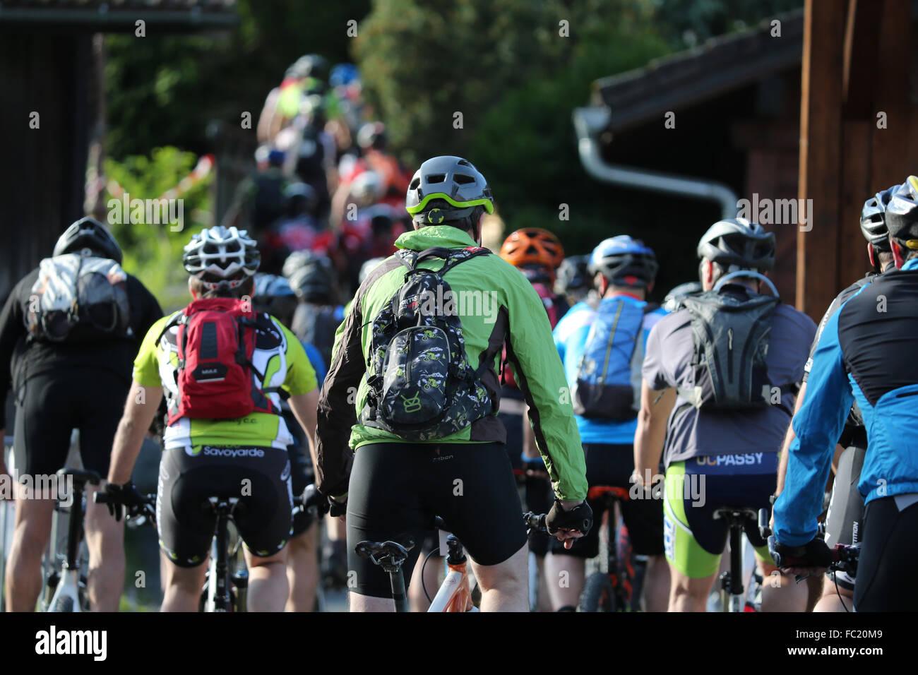 Dre dans le l'Darbon: course de VTT dans les Alpes françaises. Banque D'Images