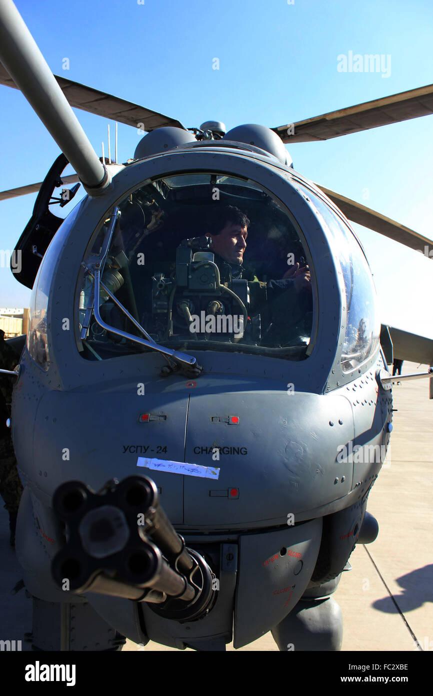 AFGHANISTAN, Kaboul - le 20 janvier: contrôles de l'Armée nationale afghane le Mi- 25 Hélicoptère à l'aéroport international d'Hamid Karzaï, le 20 janvier 2016. Banque D'Images
