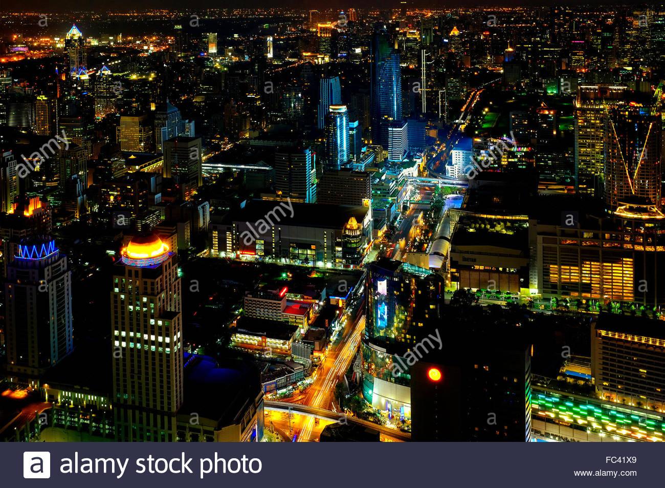 Sur Bangkok la nuit de l'hôtel Baiyoke Sky, Thaïlande Photo Stock