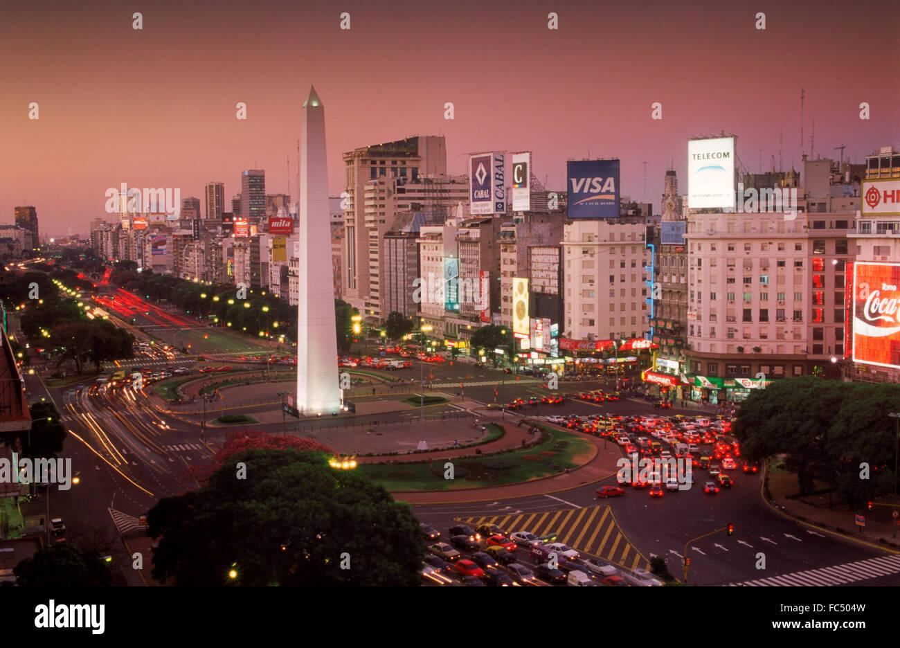 Avenida 9 de Julio à la tombée de la nuit à Buenos Aires avec l'Obélisque et de trafic Photo Stock
