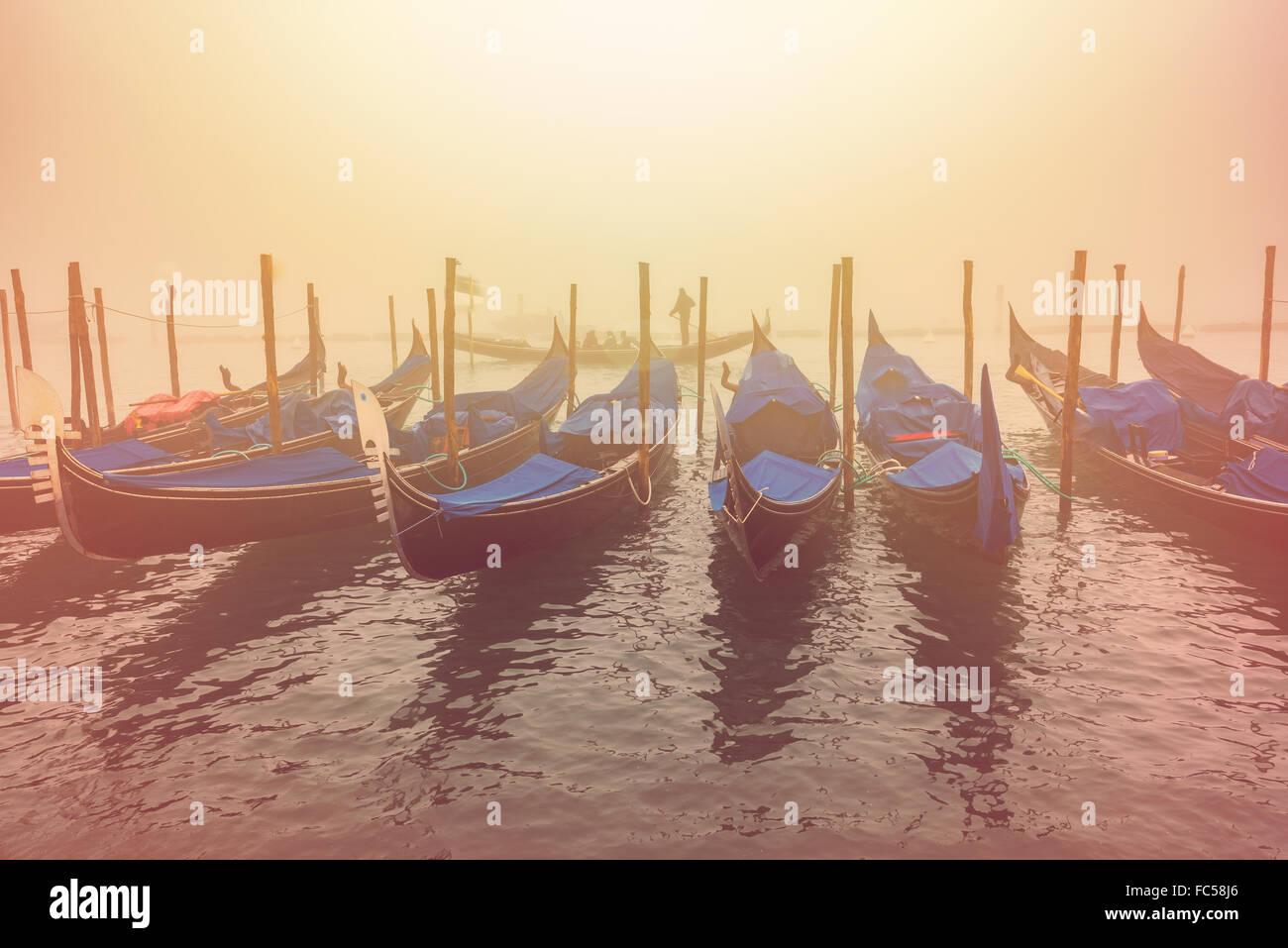 Gondoles vénitiennes et des canaux sur une journée brumeuse Photo Stock
