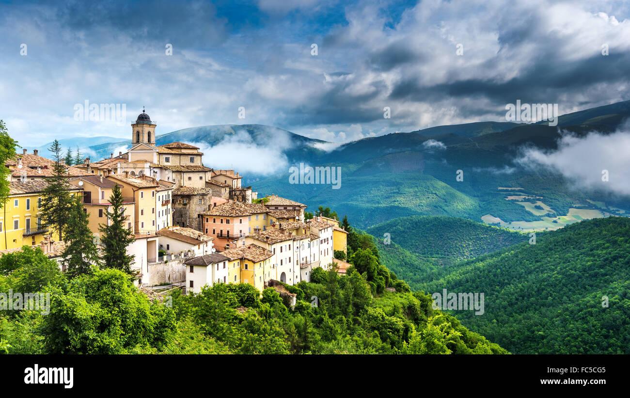 Abeto petite ville avec de belles vues sur les montagnes et les gorges de l'Ombrie, Italie Photo Stock