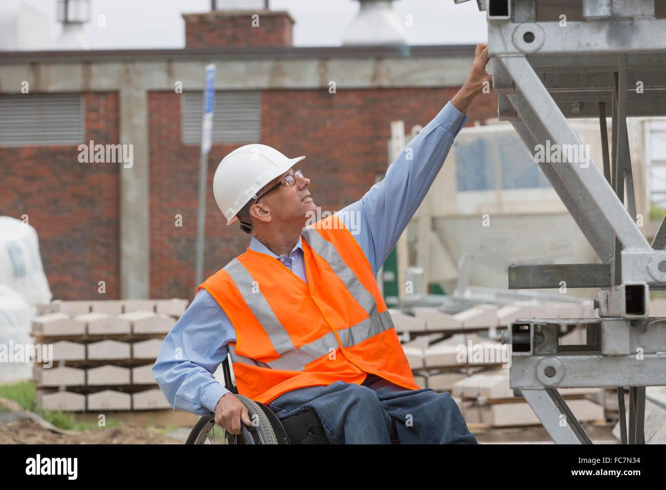 Ingénieur caucasienne working on construction site Banque D'Images