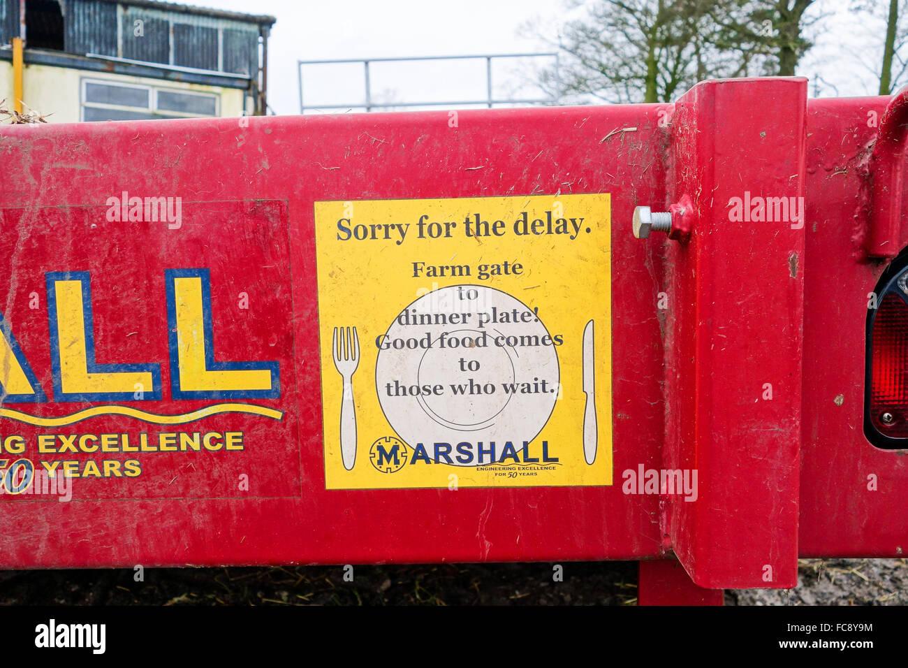"""Un signe sur l'arrière des machines agricoles dire 'Désolé pour le retard"""" Photo Stock"""
