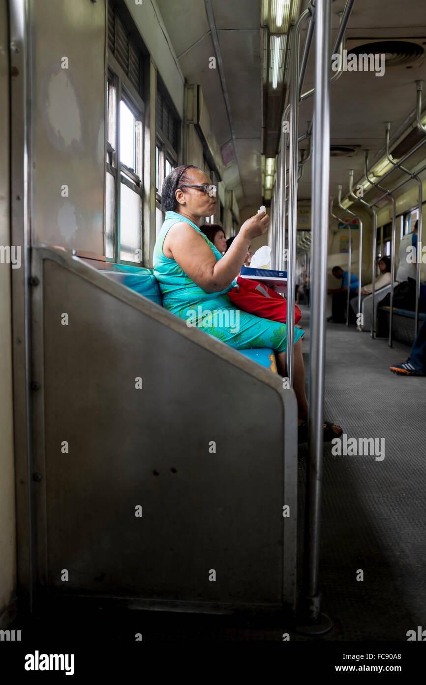 RIO DE JANEIRO - le 22 octobre 2015: les passagers brésiliens ride une banlieue vide train en direction Photo Stock