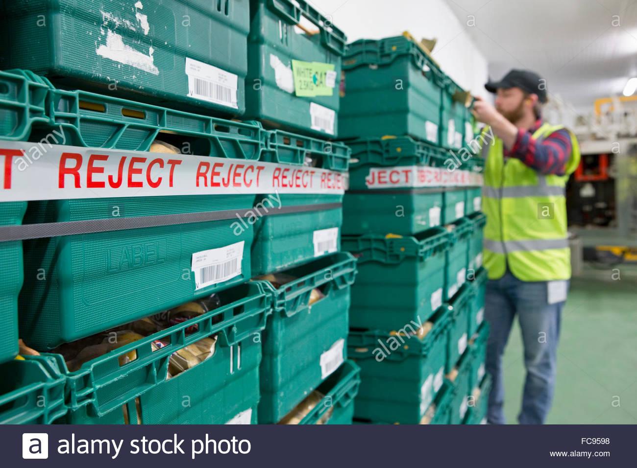 Empilage des bacs de travailleur rejeté pommes de terre emballées dans des usines de transformation des Photo Stock