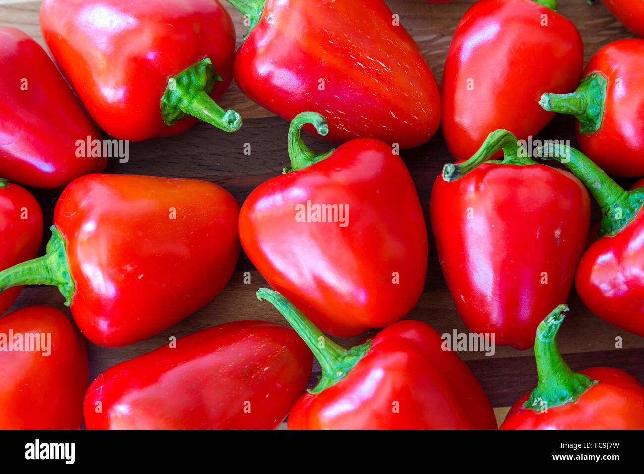 Peu de poivrons rouges du jardin. Photo Stock