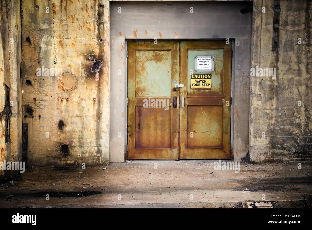 Vieux métal portes industrielles croûté à Reynolds Tobacco Bailey. Winston Salem, NC Photo Stock