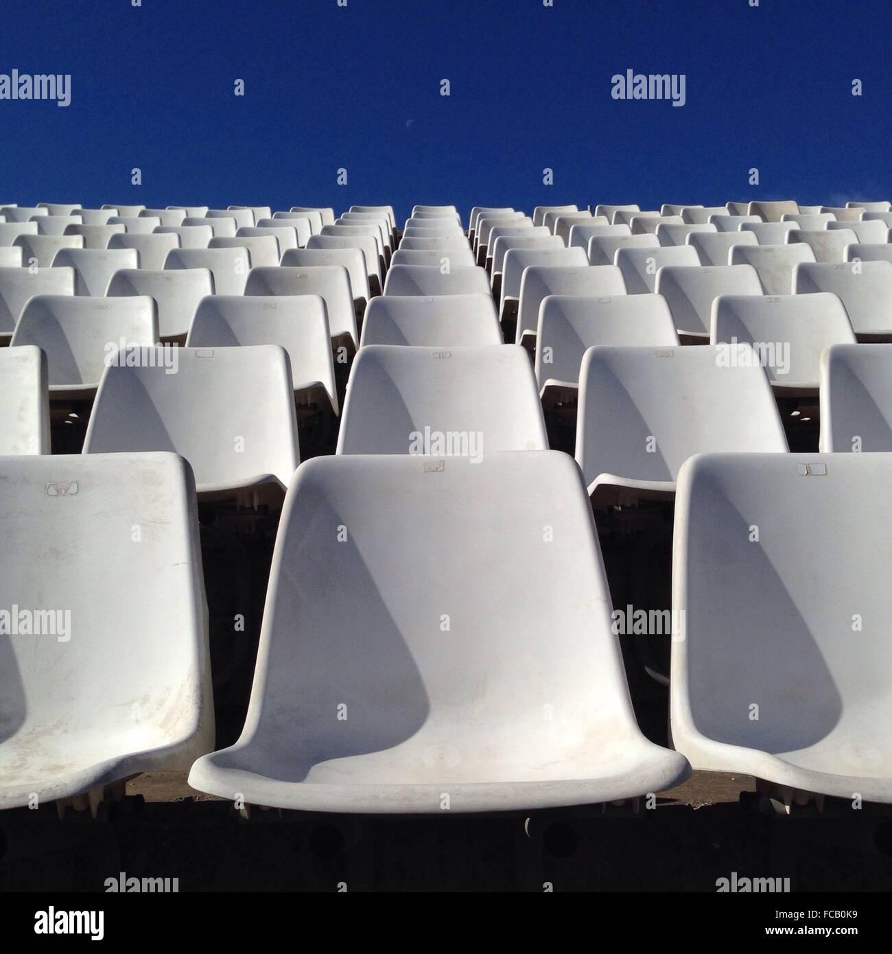 Des rangées de chaises blanches vides Photo Stock