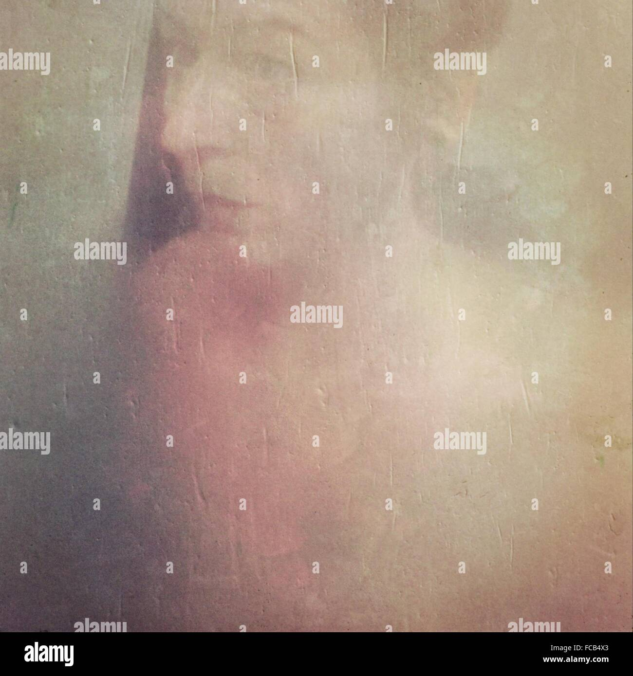 Portrait de l'homme vu à travers le verre de douche Photo Stock
