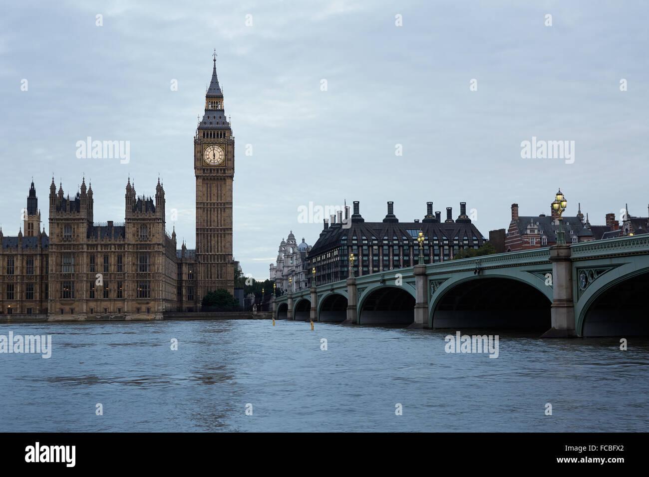 Big Ben, pont et thames view tôt le matin à Londres, couleurs et lumières naturelles Photo Stock