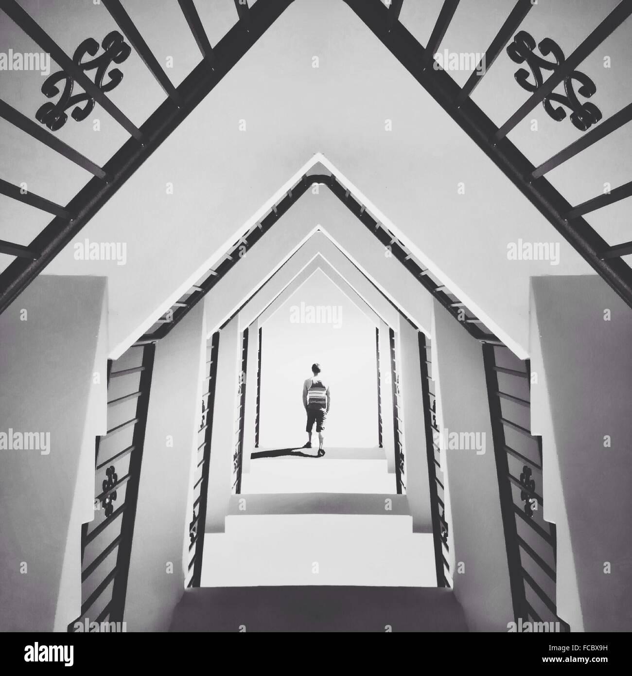 Homme marchant dans la construction abstraite Photo Stock