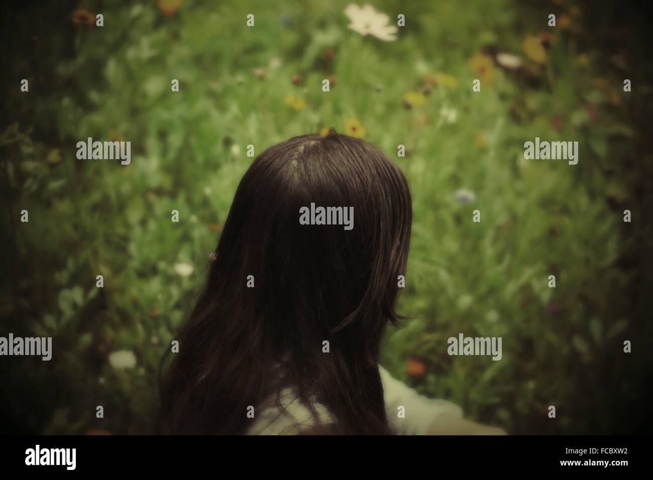 Femme assise dans le jardin Photo Stock