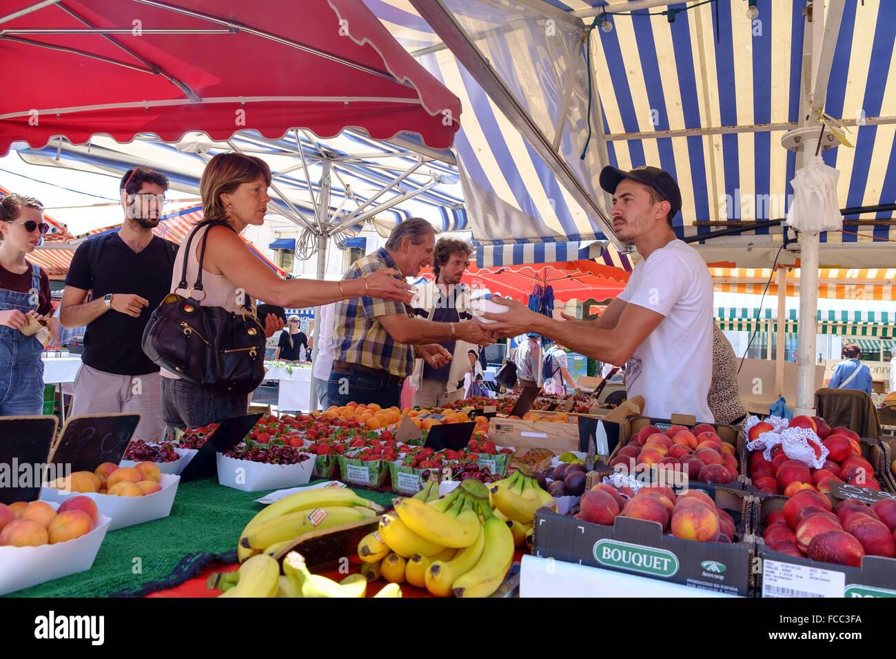 Les gens qui achètent leurs fruits street market stall france Photo Stock