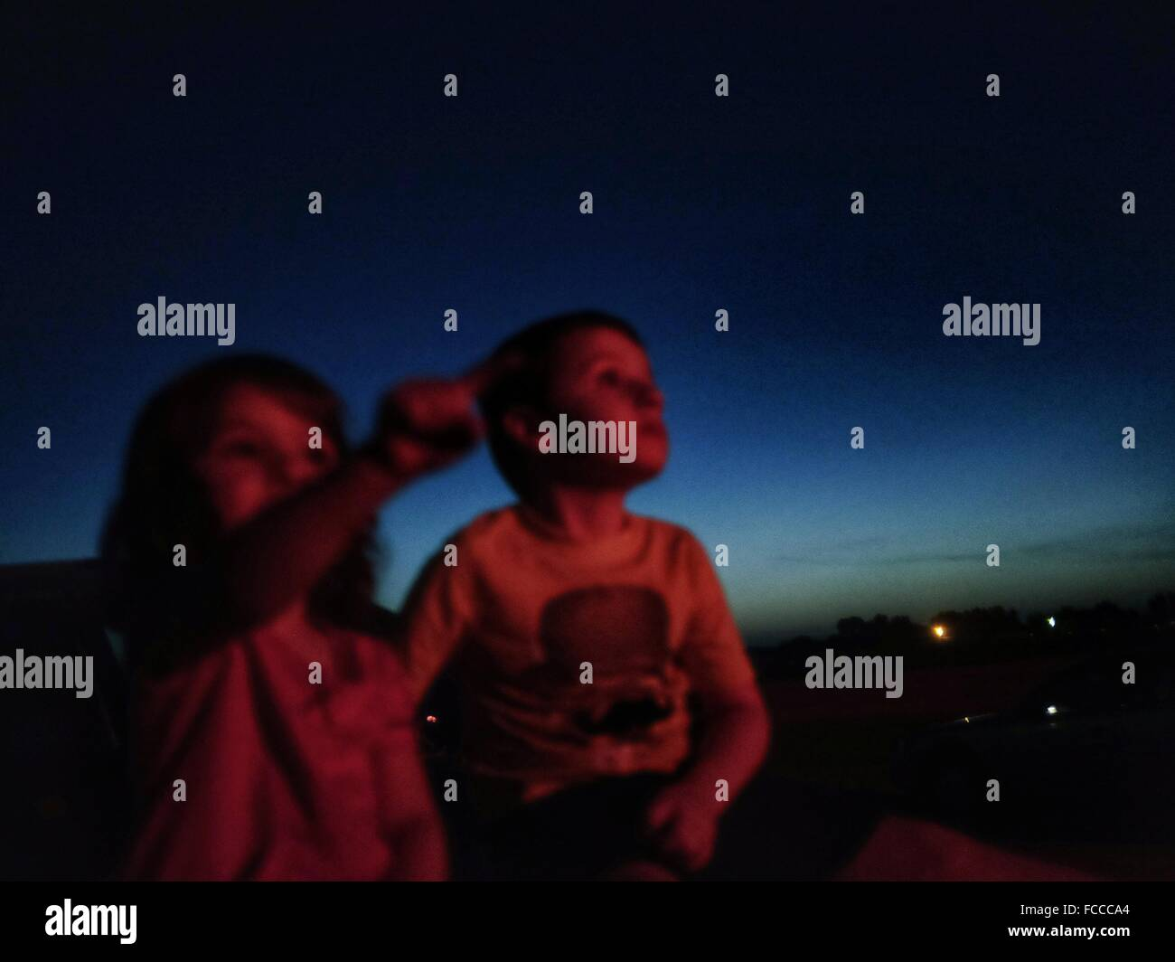 Les enfants regardant le ciel nocturne Photo Stock