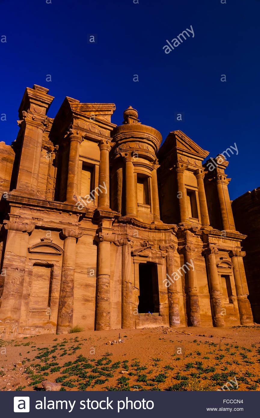 Le monastère (Ad-Dayr ou Ad-Deir en arabe) bénéficie d'une façade massive près de cinquante Photo Stock