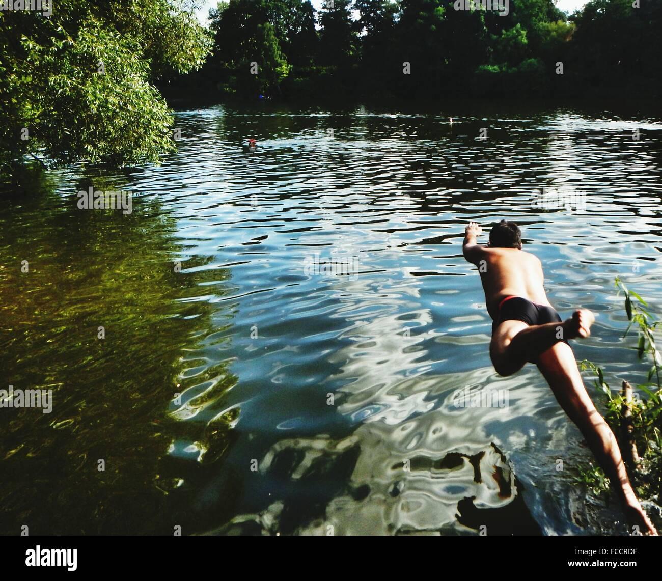 La longueur totale de l'homme dans le lac de plongée Photo Stock
