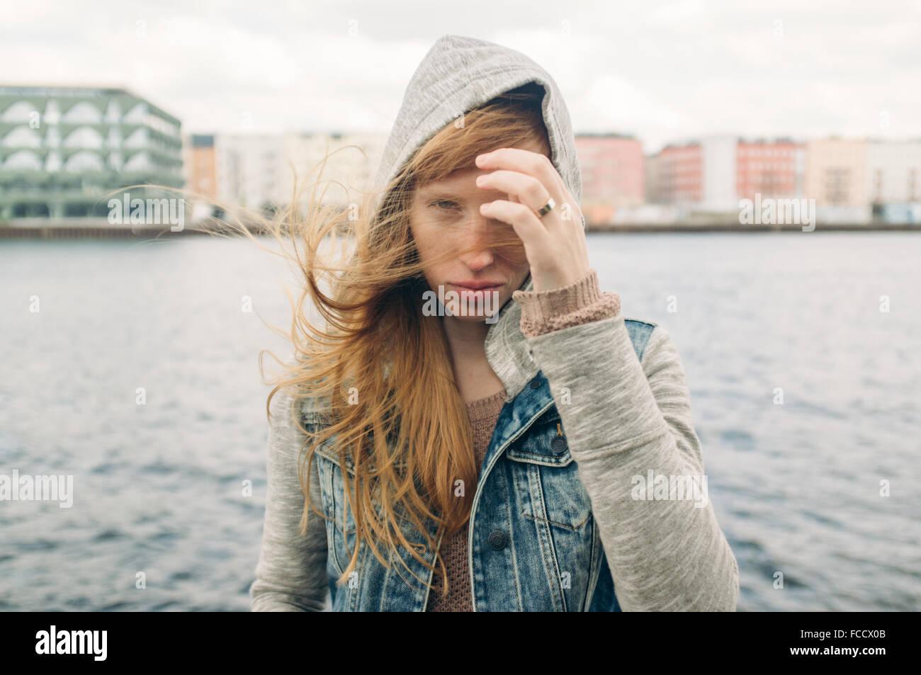 Jeune femme aux cheveux rouge Visites Banque D'Images