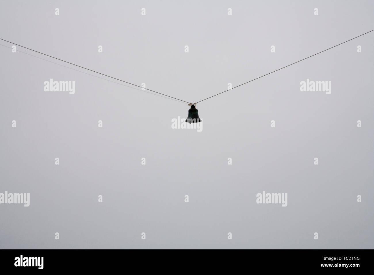 La pendaison de Bell sur le fil avec ciel gris Banque D'Images
