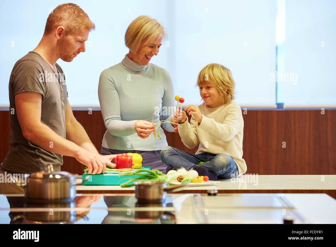 Famille dans la cuisine. Trois générations. L'alimentation saine. Une croissance saine. Les légumes. Photo Stock