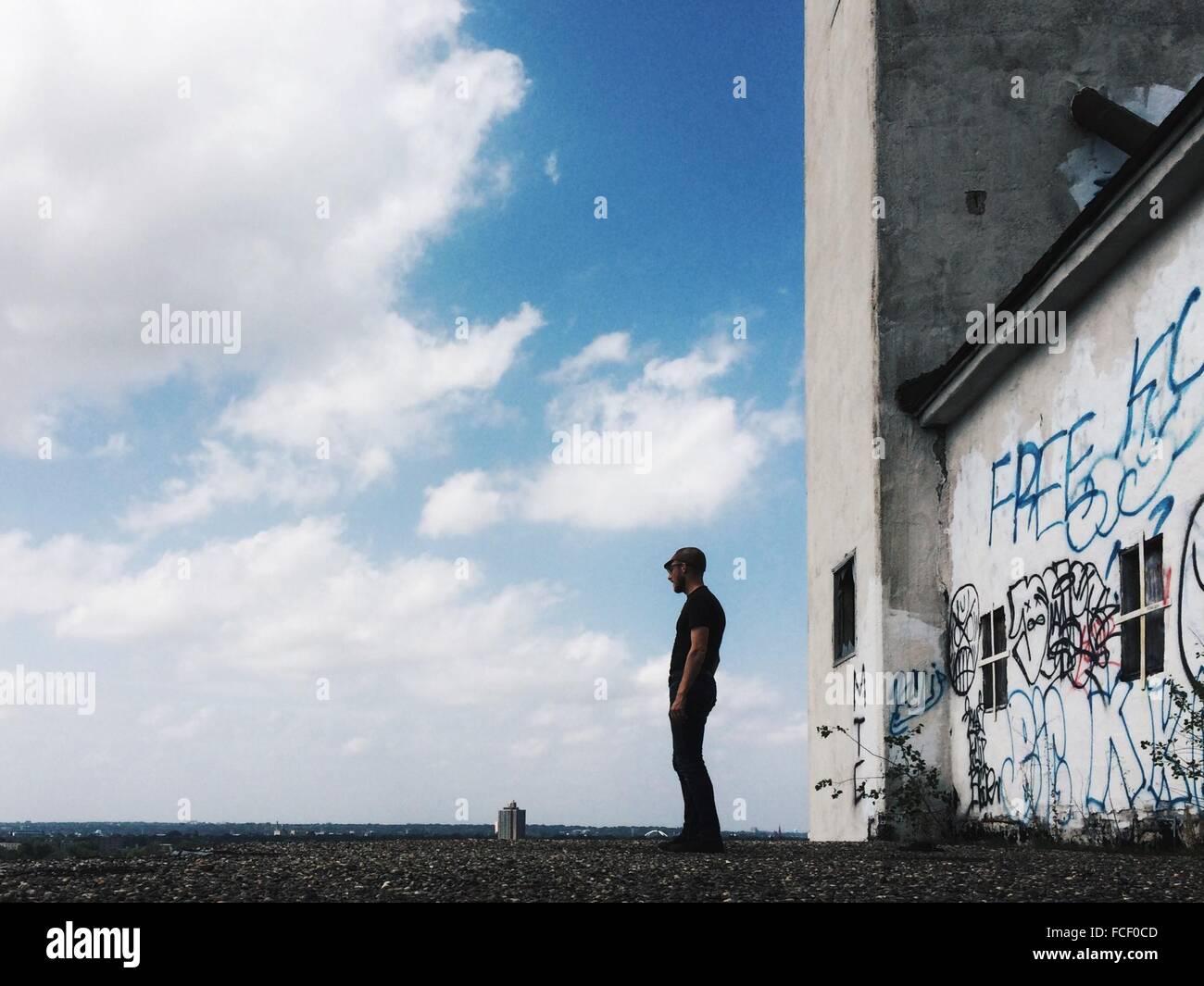 Homme debout en face de l'ancien bâtiment Banque D'Images