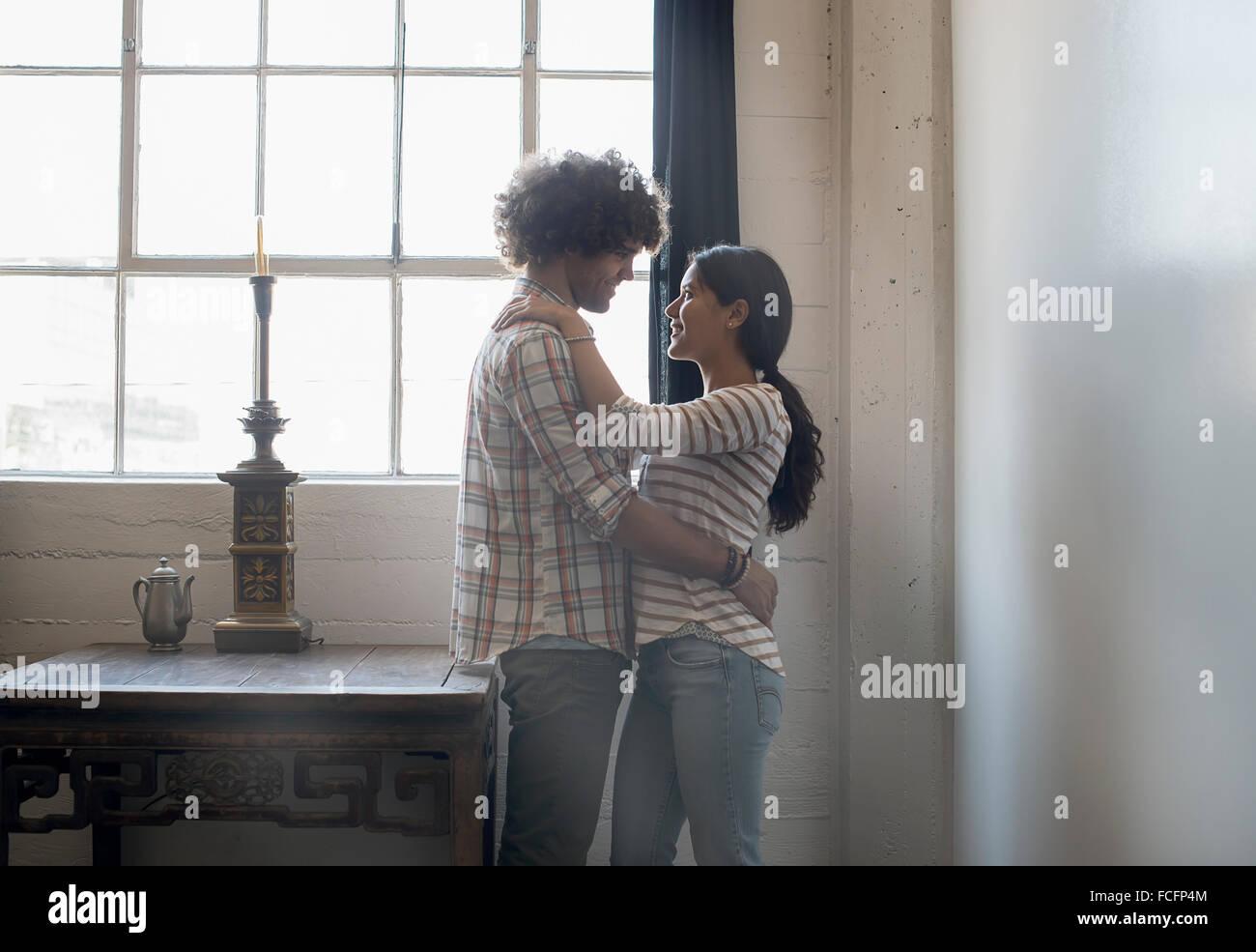 Loft vivant. Un couple en face de l'autre. Photo Stock