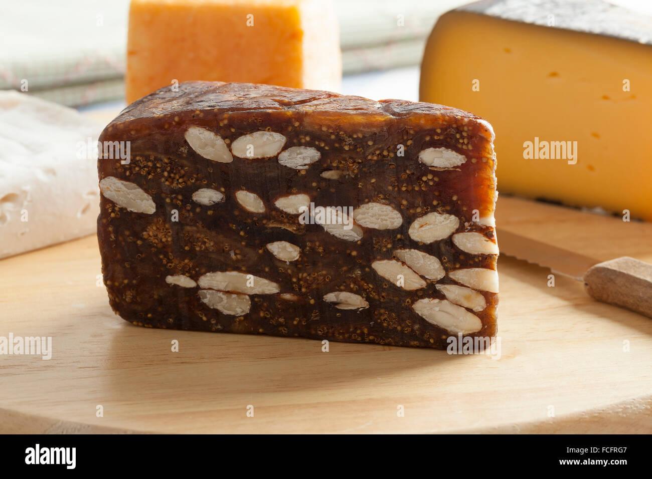 Morceau de pain aux figues sur un plateau de fromages Photo Stock